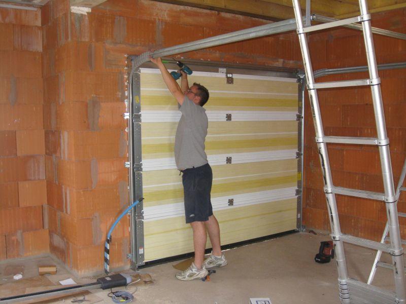 Le journal de notre maison montage porte garage terrasse - Montage porte de garage sectionnelle ...